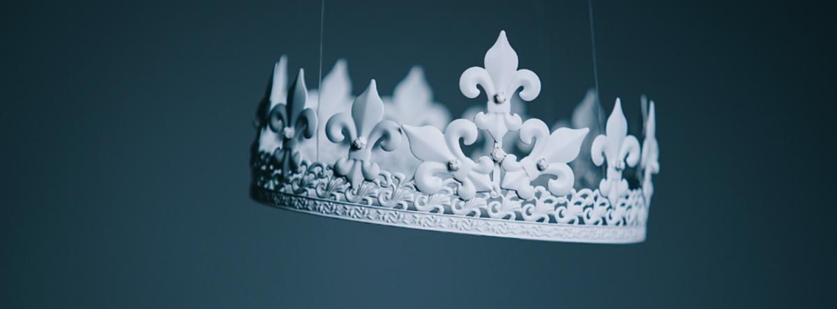 Hvid kongekrone på blå baggrund