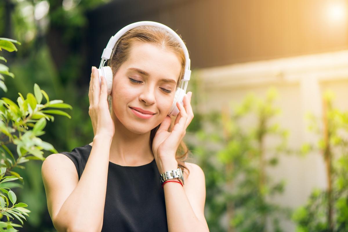 Kvinde lytter til ebøger