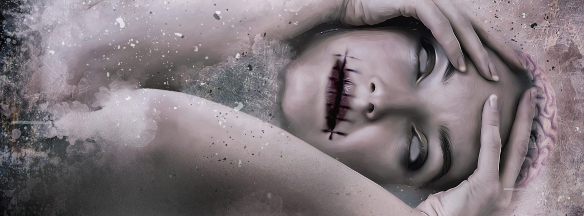 Billede af uhyggelig kvinde, der er bleg og har år efter syninger omkring munden.