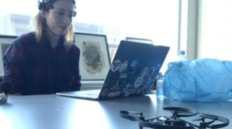 Henrik Føhns: Kvinde styrer drone med tankens kraft