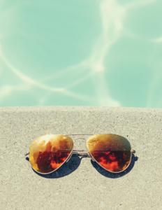 Poolkant med solbriller