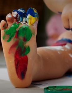 babyfødder fyldt med maling