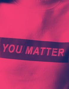 kvinde med tshirt med skriften you matter