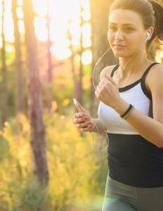 kvinde, der løber i skoven